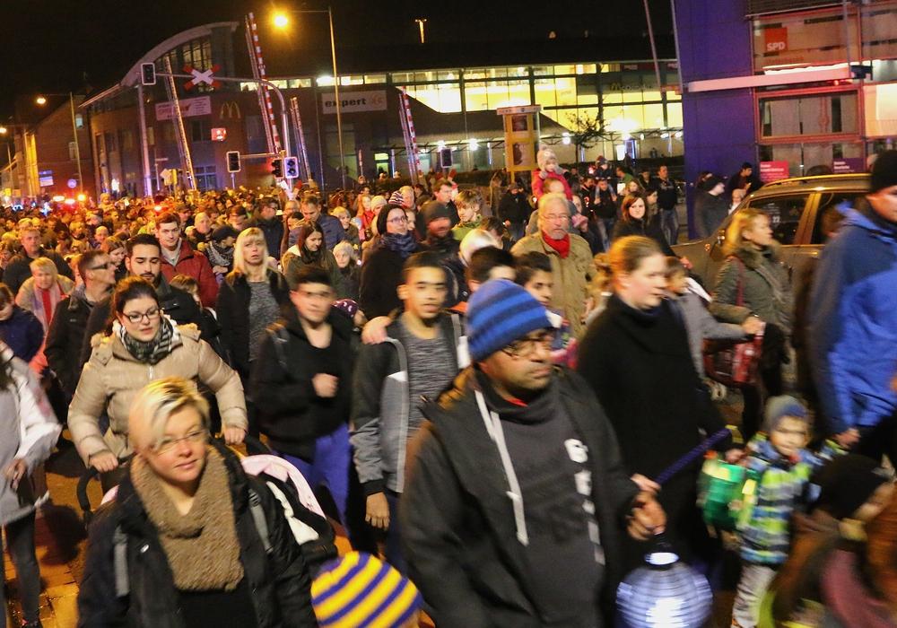 Der Laternenumzug fand eine große Beteiligung. Viele Familien machten sich auf den Weg vom Forum zum Stadtmarkt. Fotos: Werner Heise
