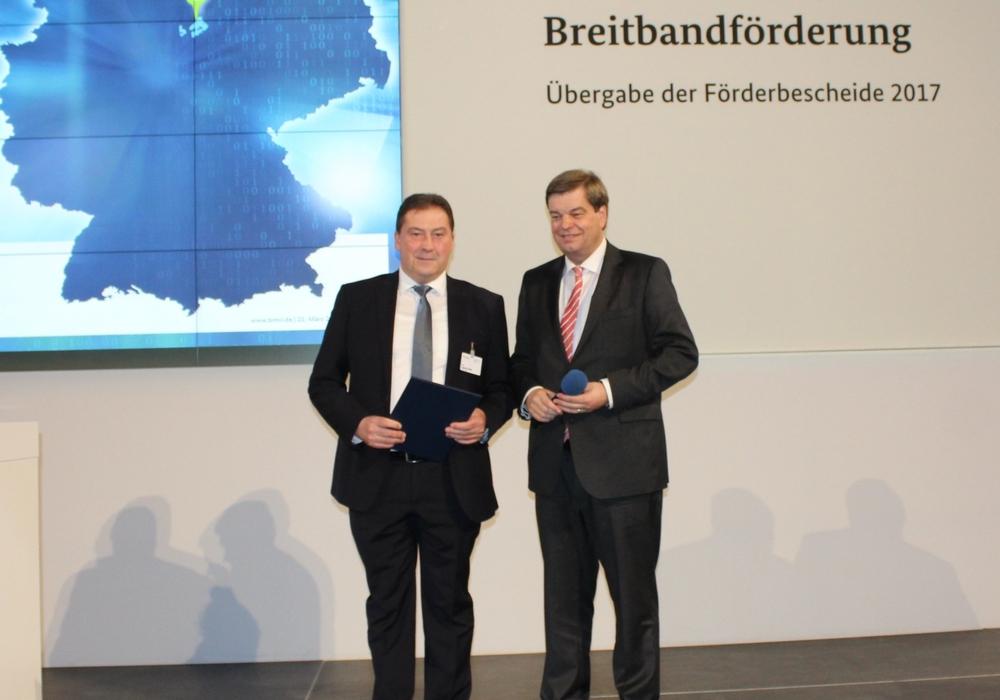 Uwe Lagosky nahm den Förderbescheid von Staatssekretär Enak Ferlemann (CDU) entgegen. Foto: CDU