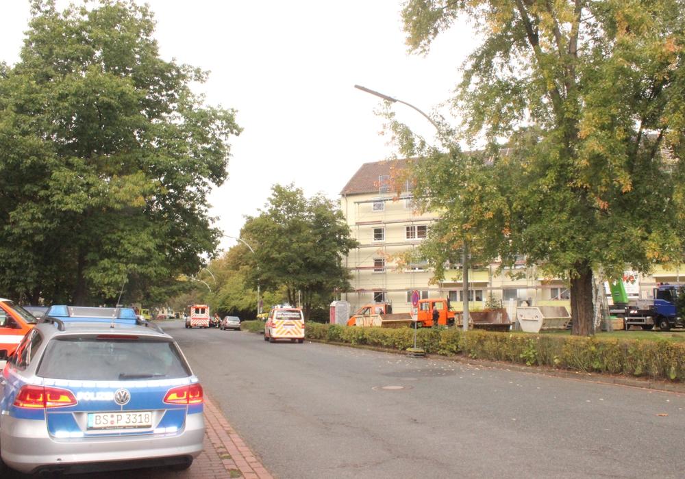 In der Magdeburgstraße kam es am Montag zu einem Arbeitsunfall auf dem Dach eines Mehrfamilienhauses. Fotos: Anke Donner