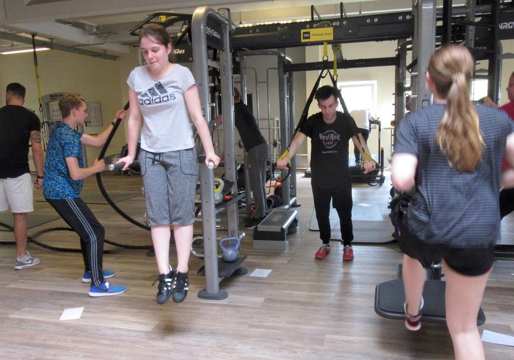 Schülerinnen und Schüler des Theodor-Heuss-Gymnasiums probierten neue Fitness-Übungen aus. Foto: THG