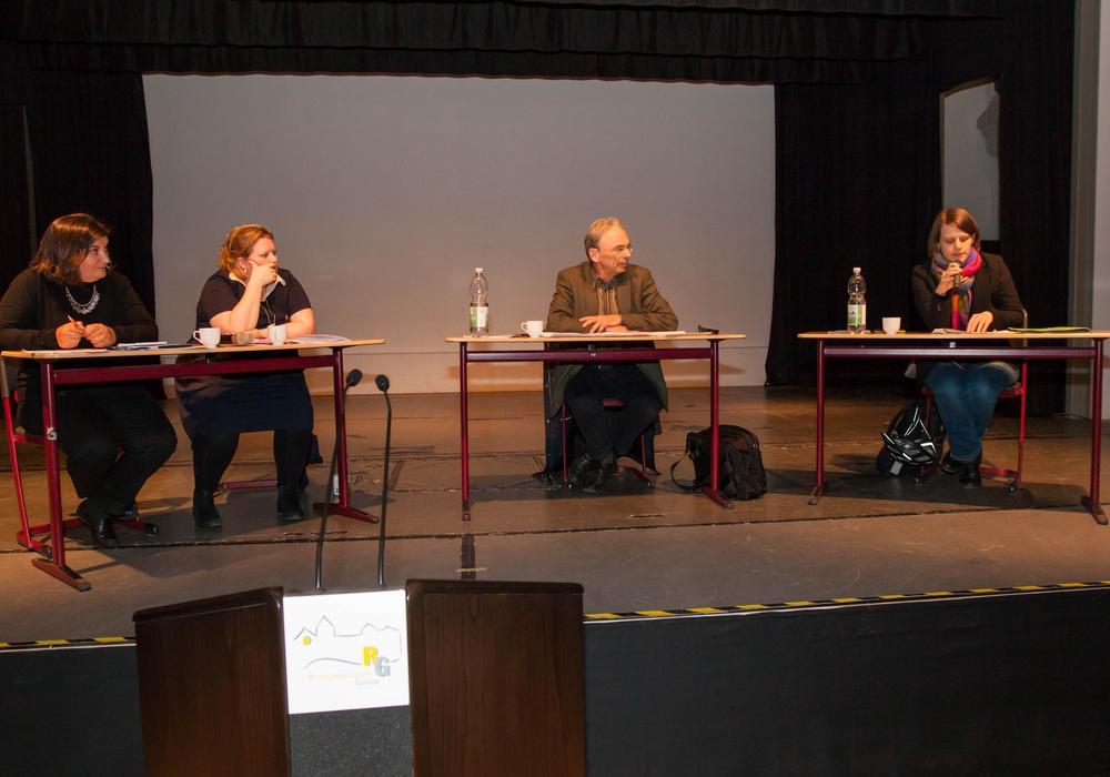 Canan Topçu, Claire Deery, Prof. em. Dr. Tilman Borsche und Julia Willie Hamburg im Ratsgymnasium. Foto: Alec Pein