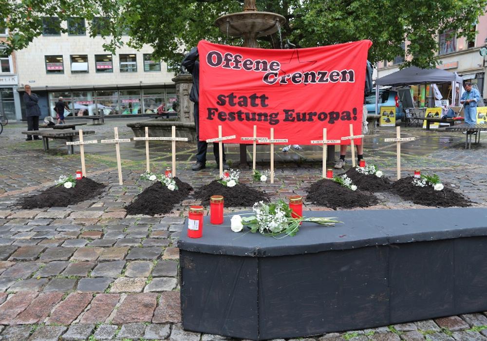 Die Toten kommen...auch nach Braunschweig 25 Gegner/innen der europäischen Abschottungspolitik errichten symbolische Gräber auf dem Kohlmarkt. Foto: privat
