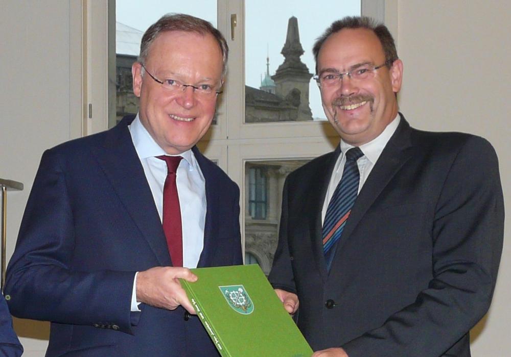 Niedersachsens Ministerpräsidenten Stephan Weil bekam von Langelsheims Bürgermeister Hartmut die Festschrift überreicht. Foto: Privat