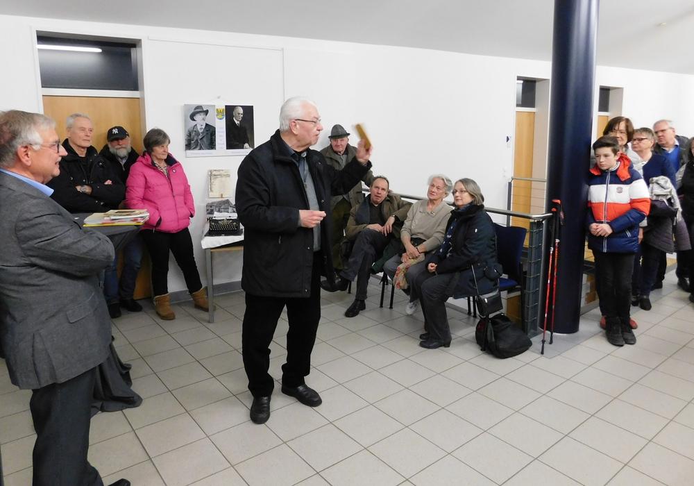 Bei der Ausstellungseröffnung: links: Wilhelm Knigge, mittig mit einem Buch von Fritz Fricke in der Hand: Hans-Werner Kammel. Fotos: Gemeinde Lehre