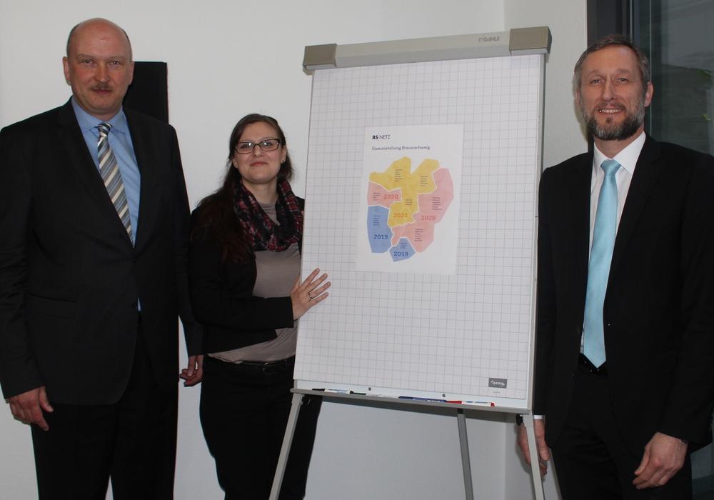 BS Netz Geschäftführer Kai-Uwe Rothe, Projektleiterin Pia Dubray und Abteilungsleiter Gerwin Wagner (v. li.) informierten über die geplante Gas-Umstellung. Fotos: Alexander Dontscheff