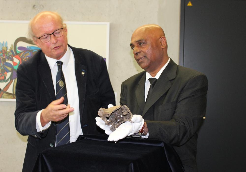 Prof. Dr. Thijs van Kolfschoten von der Universität Leiden (l.) wies auf die Besonderheiten des Fundes hin. Fotos: Eva Sorembik