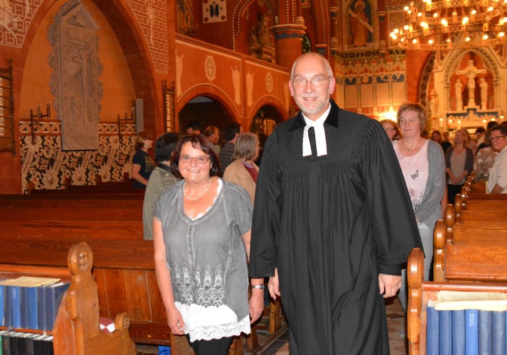 Diakonin Gudrun Zimmermann zieht feierlich gemeinsam mit Superintendent Dr. Volker Menke aus der Kirche aus. Foto: Privat