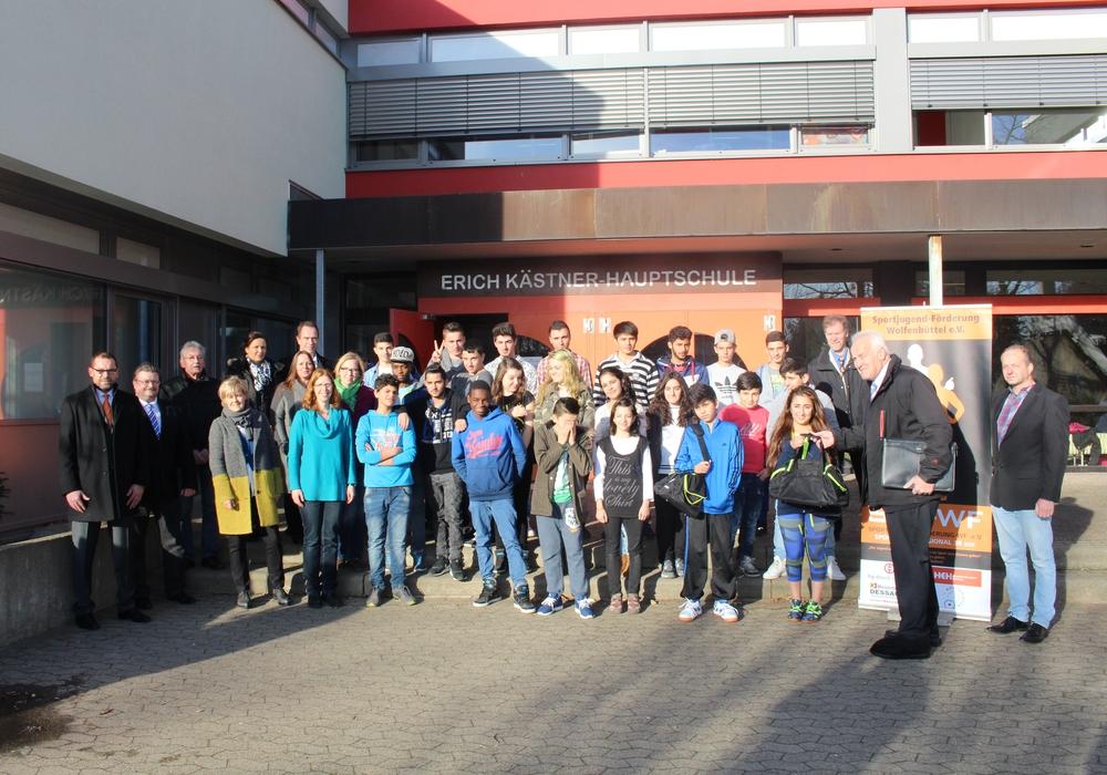 Klaus Reiter von der Sport-Jugend-Förderung mit Sponsoren und den Schülerinnen und Schülern der Erich-Kästner-Hauptschule. Fotos: Jan Borner