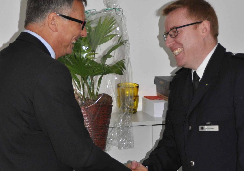 Polizeipräsident Michael Pientka (li.) beglückwünscht Jörn Paulsen, den neuen Leiter des Polizeikommissariats Süd. Foto: Polizei