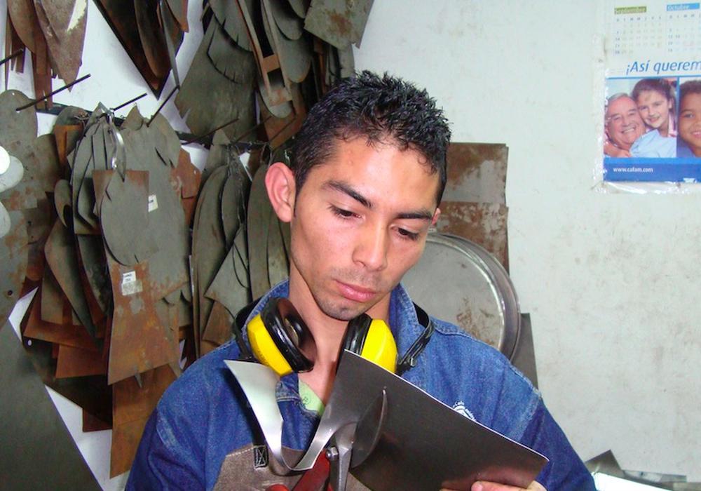 """Mitarbeiter im Projekt """"Oxidos"""" (""""die Rostigen"""") bei der Verarbeitung von gesammelten Alteisen zu Uhren in Bogota, Kolumbien. Foto: Privat"""