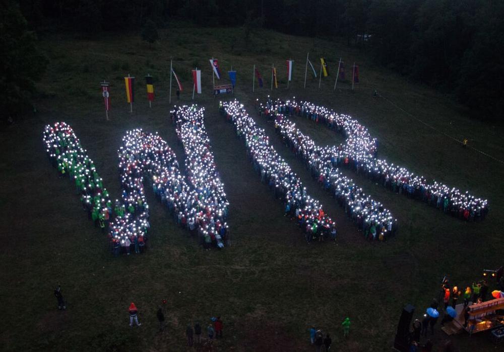 """Die Niedersächsische Jugendfeuerwehr setzte mit einem imposanten Lichtbild ein Zeichen für Demokratie und Toleranz und ließ in Wolfshagen  ein überdimensionales """"WIR"""" aufleuchten. Fotos: L. Kutzner"""
