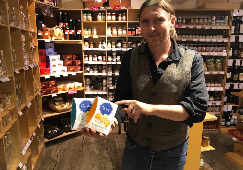 Jörn Zeisbrich präsentiert neue Crunchy-Käse-Snacks, prall gefüllt mit Blauschimmel- oder Chaddar-Käse. Foto: Marc Angerstein