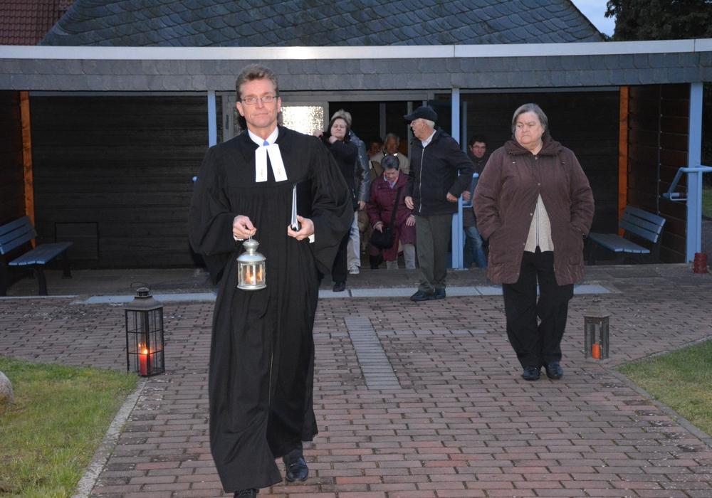 Pastor Carsten Warncke trug das Osterlicht aus der Friedhofskapelle zur Kirche. Foto: Evangelisch-Lutherischer Kirchenkreis Peine