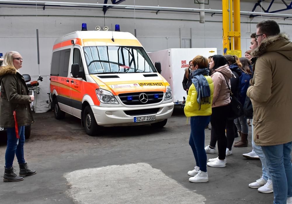Leiterin des Johanniter-Ehrenamtes in Salzgitter Sarah Hornburg (links) klärt 26 Auszubildende des Pflegezentrums Goslar über den Katastrophenschutz auf. Foto: Valea Schweiger/ Johanniter.