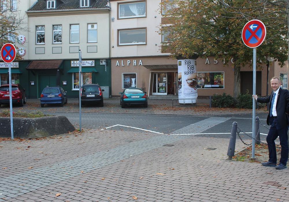 Die Poller am Hagenmarkt, an der Einmündung zur Marktstraße, sind verschwunden. Die Barrierefreiheit ist eine erklärte Herzensangelegenheit des  Peiner Bürgermeisters Klaus Saemann (rechts im Bild). Fotos: Stadt Peine