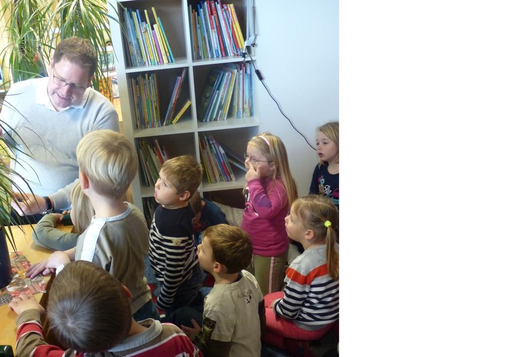 Marcus Bosse las den Kindern der KiTa vor. Foto: privat