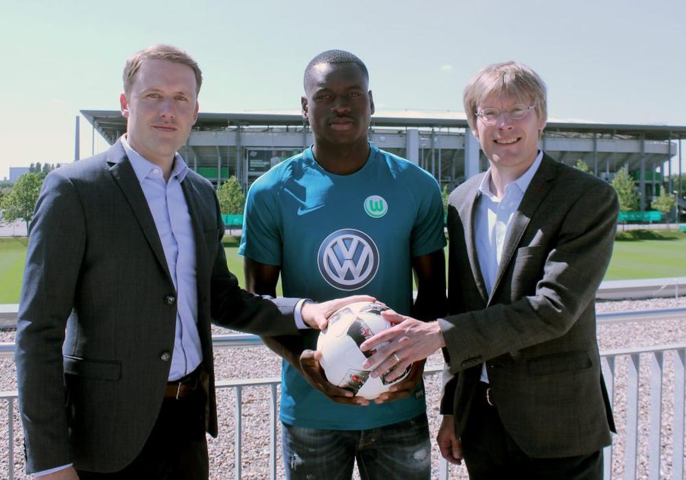 Kommt vom belgischen Erstligisten KV Oostende: Toptalent Nany Landry Dimata (Mitte) mit VfL-Geschäftsführer Dr. Tim Schumacher (rechts) und VfL-Sportdirektor Olaf Rebbe. Foto: VfL Wolfsburg