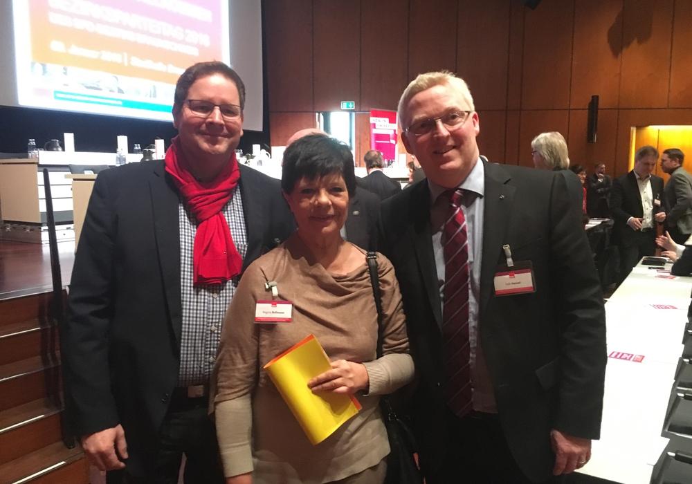 Regina Bollmeier gemeinsam mit Marcus Bosse MdL (links) und Falk Hensel auf dem SPD-Bezirksparteitag in der Stadthalle Braunschweig. Foto: Privat