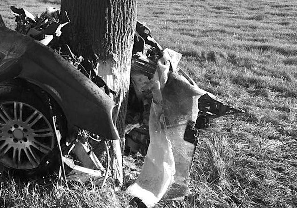 Der Transporter prallte gegen zwei Bäume. Der Beifahrer musste mit schwerem Gerät geborgen werden . Symbolfoto: Aktuell24(KR)/Nick Wenkel