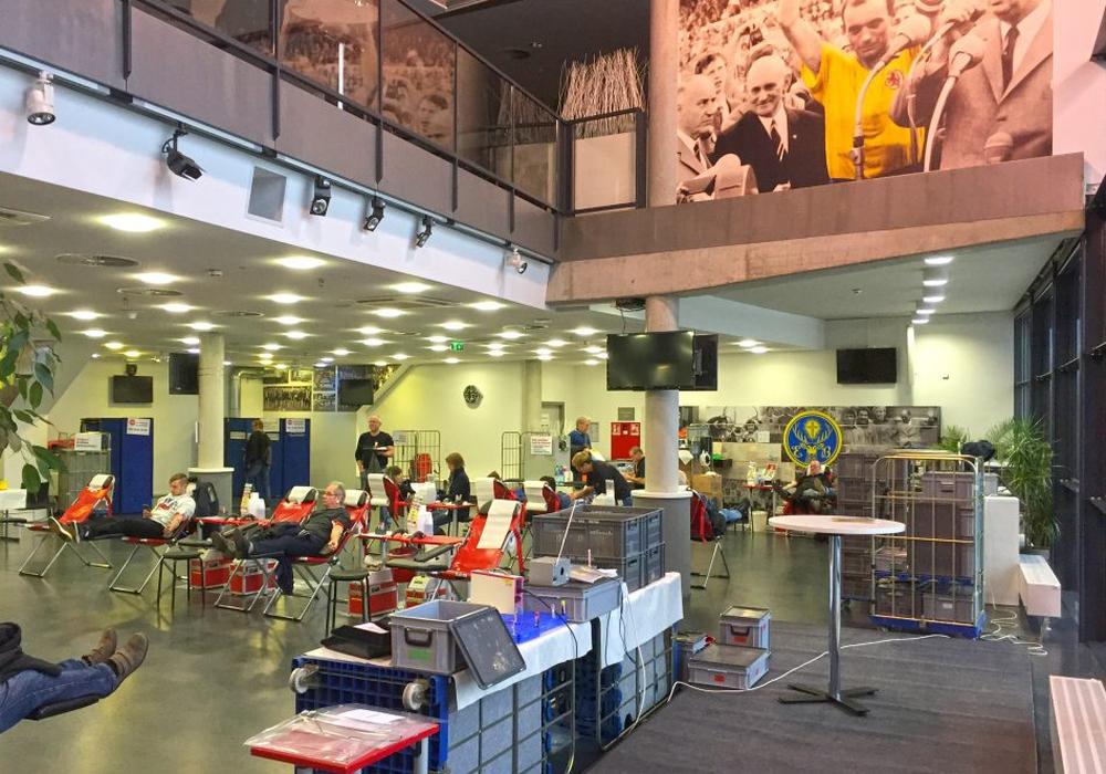 Besonderes Ambiente für die Blutspendeaktion: Eintrachts VIP-Lounge. Foto: Frank Vollmer