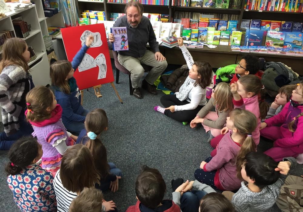 Alle saßen versammelt auf dem Teppich und lauschten den Ausführungen zur Entstehung eines Buches. Foto: Elternvertreterin