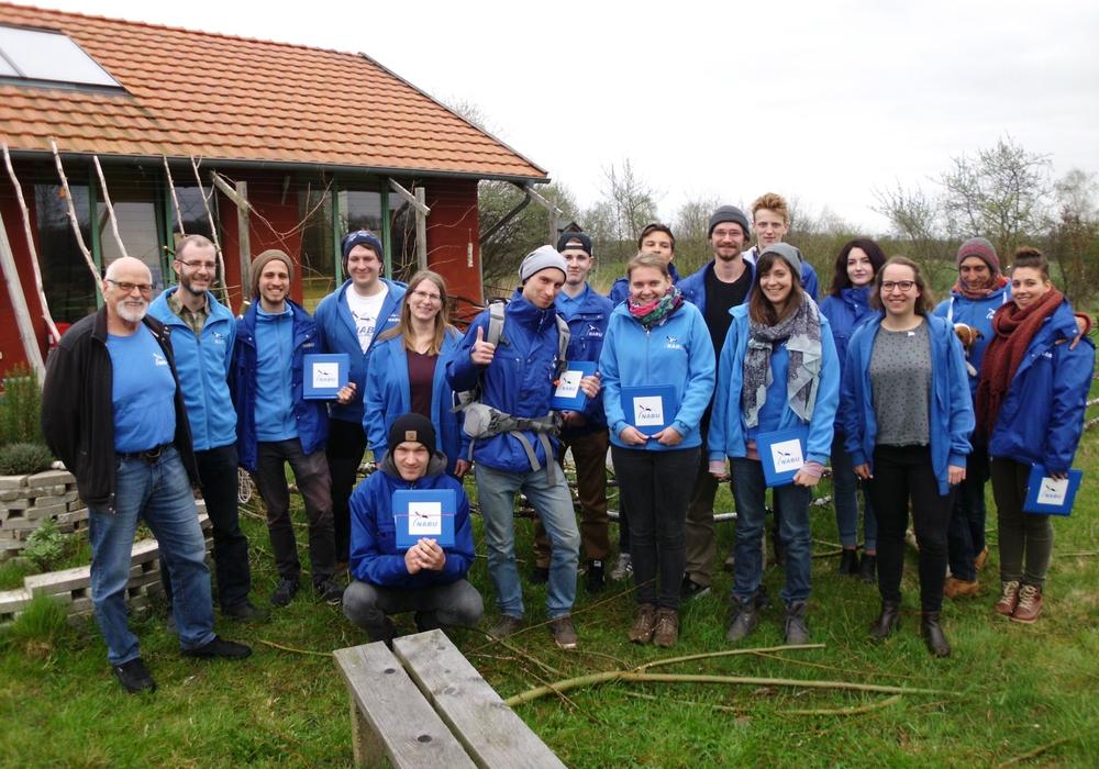 Erster Vorsitzender, Gerhard Braun (1. vl) und stellvertretender Vorsitzender, Florian Preusse (2. vl) des NABU KV Gifhorn, Mitarbeiterin Doris Plenter (5.v.l) und Marlies Gräwe (3. v.r) von der NABU-Regionalgeschäftsstelle Südost-Niedersachsen  werden durch ein junges Werbeteam unterstützt. Foto: Marlies Gräwe