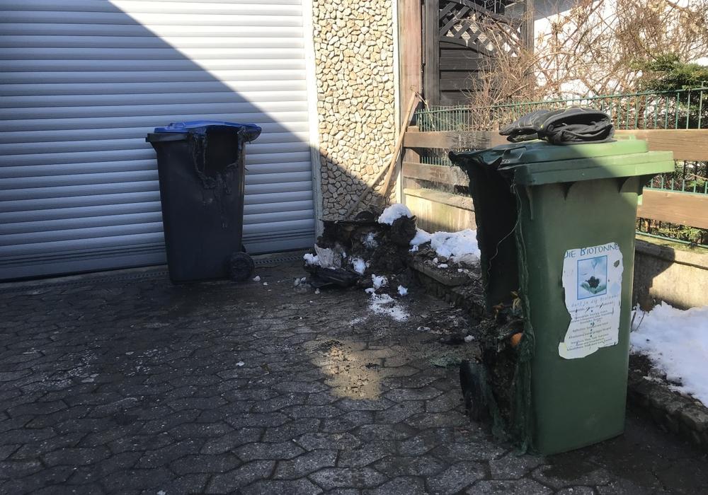 Einsatzstelle mit den geschmolzenen Mülltonnen. Foto: Feuerwehr Hohenhameln