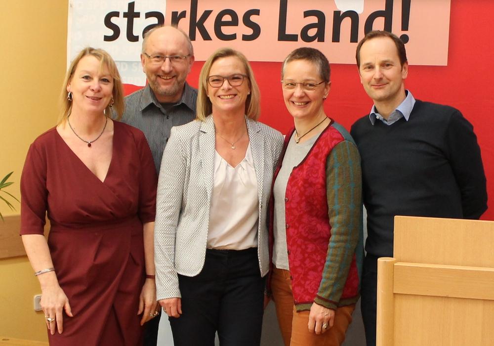 Stellvertretend für die SPD in der Gemeinde Cremlingen begaben sich Susanne Rudolph, Matthias Franz, Dunja Kreiser, Susanne Ehlers und Bernd Telm auf ein gemeinsames Foto (v. li.). Foto: SPD