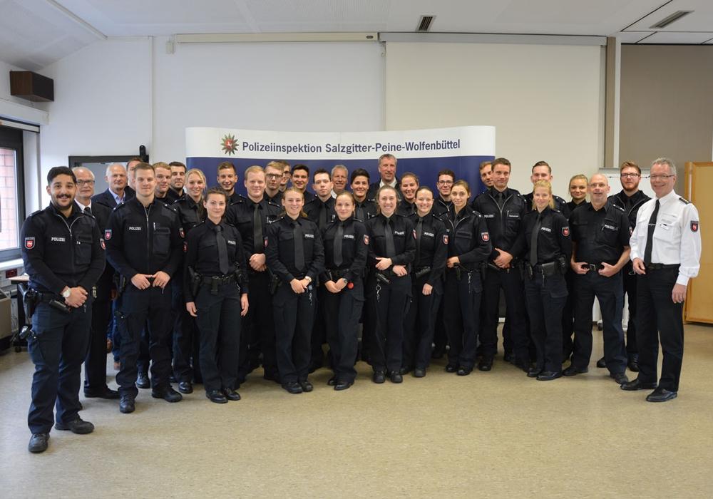 Diese neuen Mitarbeiter treten an. rechts: Leiter der Inspektion Salzgitter, Wilfried Berg. Foto: Polizei