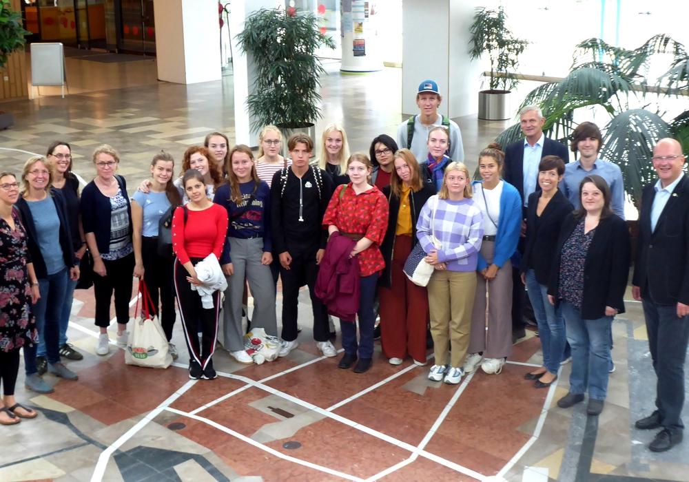Bürgermeister Ingolf Viereck empfängt eine dänische Schülergruppe. Foto: Stadt Wolfsburg