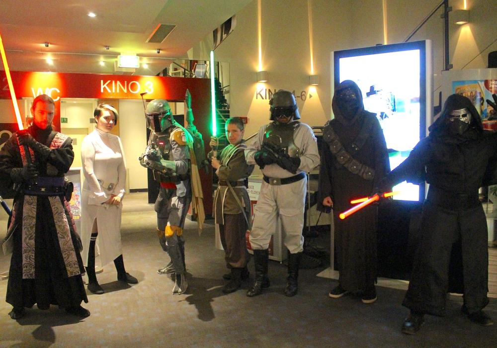 """Warteten gespannt auf Episode 8: Der Star-Wars-Fanclub """"Northern Outpost"""". Foto: Nick Wenkel"""