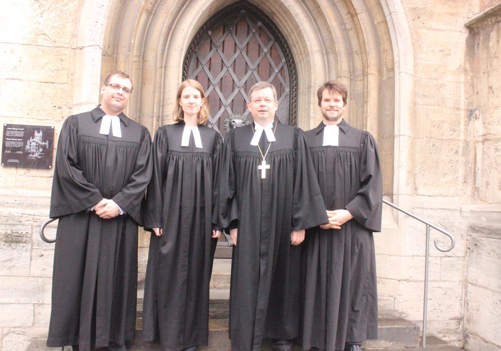 In einem festlichen Gottesdienst hat Landesbischof Dr. Christoph Meyns eine neue Pfarrerin und zwei neue Pfarrer ordiniert. Fotos: Anke Donner