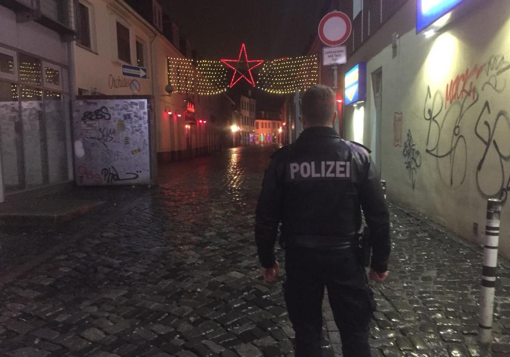 """Die Rotlichtkneipe """"Bratröhre"""" wurde am Wochenende von Polizeibeamten geräumt."""