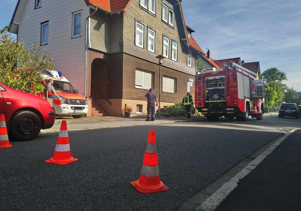 Tanklöschfahrzeug der Feuerwehr Oker und Rettungswagen der Kreiswirtschaftsbetriebe Goslar vor dem Gebäude. Das Feuer befand sich auf dem Innenhof. Fotos: Freiwillige Feuerwehr Oker