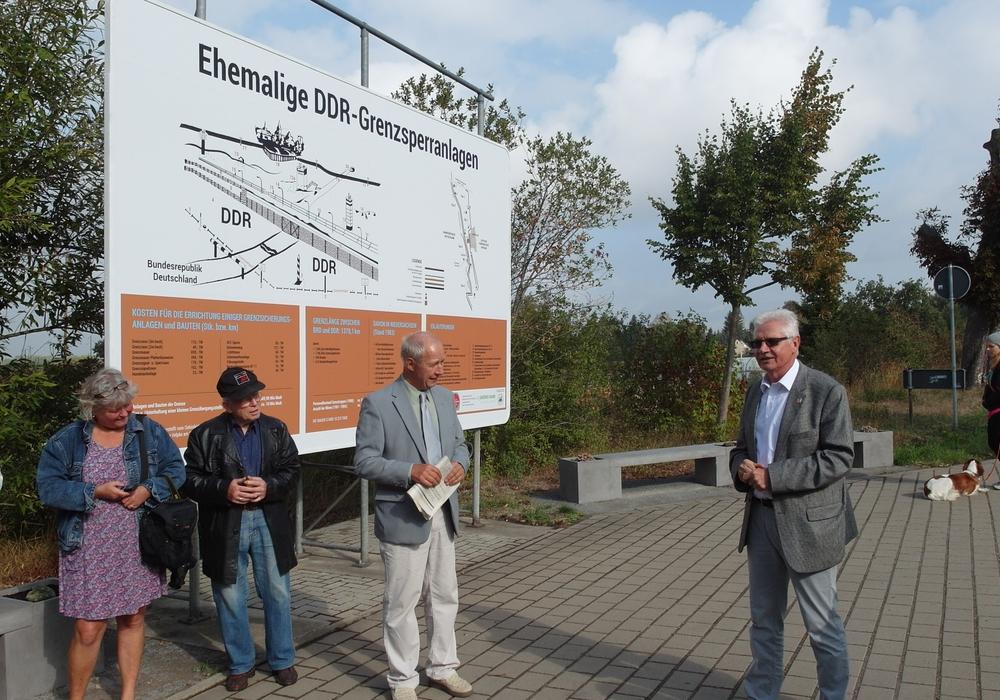 Im Rahmen eines Pressetermins wurde die Tafel nun offiziell eingeweiht. Foto: Amtshof Eicklingen Planungsgesellschaft mbH & Co KG