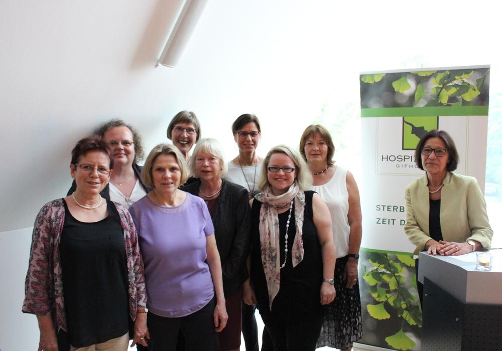 Ewa Klamt (rechts), Vorsitzende des Hospizvereins Gifhorn, dankte den neuen ehrenamtlichen Begleitern für ihre Bereitschaft, diese Aufgabe zu übernehmen. Foto: Sandra Zecchino
