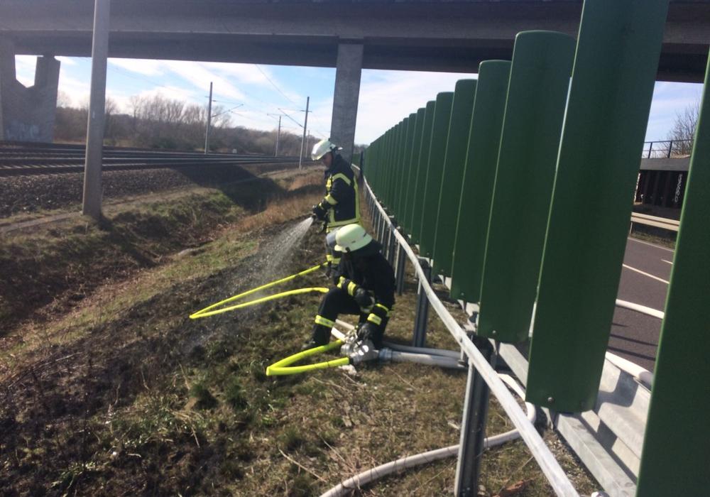 Der Böschungsbrand an der B 188 konnte schnell gelöscht werden. Fotos: Mirko Wogatzki/ Freiwillige Feuerwehr der Samtgemeinde Velpke