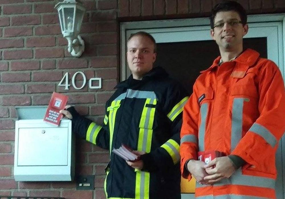 Jan Behrendt und Alexander Sonntag verteilte rund 120 Flyer, um neue Mitglieder zu gewinne. Foto: Feuerwehr Klein Brunsrode