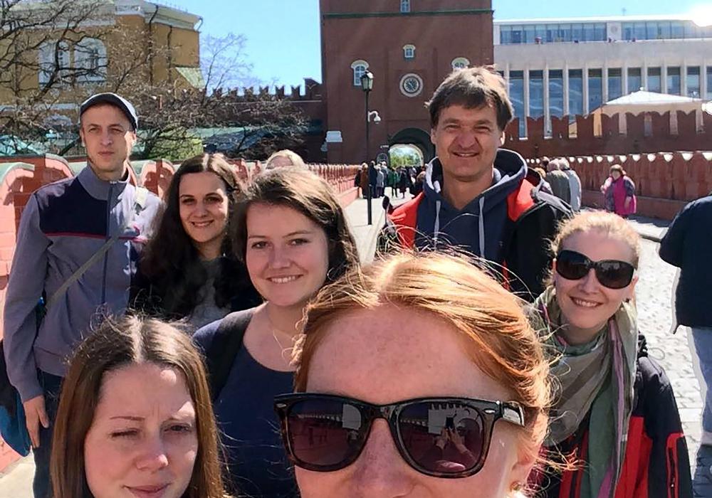 Die Studierenden mit Professor Jürgen Boeckh (hinten re.) am Haupteingang zum Kreml. Foto: Ostfalia