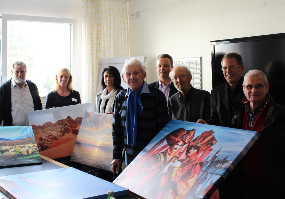 Mitarbeiter der Harzkliniken und Mitglieder des Fotoclubs Skylight 84 präsentieren ihre schönsten Fotos auf Leinwand, die bald die Wände der Klinik schmücken werden. Foto: Antonia Henker
