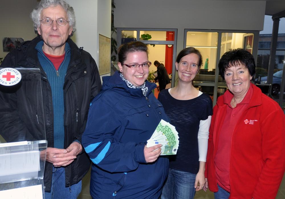 Carina Rischke (Zweite von links) übergab die Spende an (von links) Horst Rimke, Frauke Höcker und Juliane Liersch. Foto: DRK