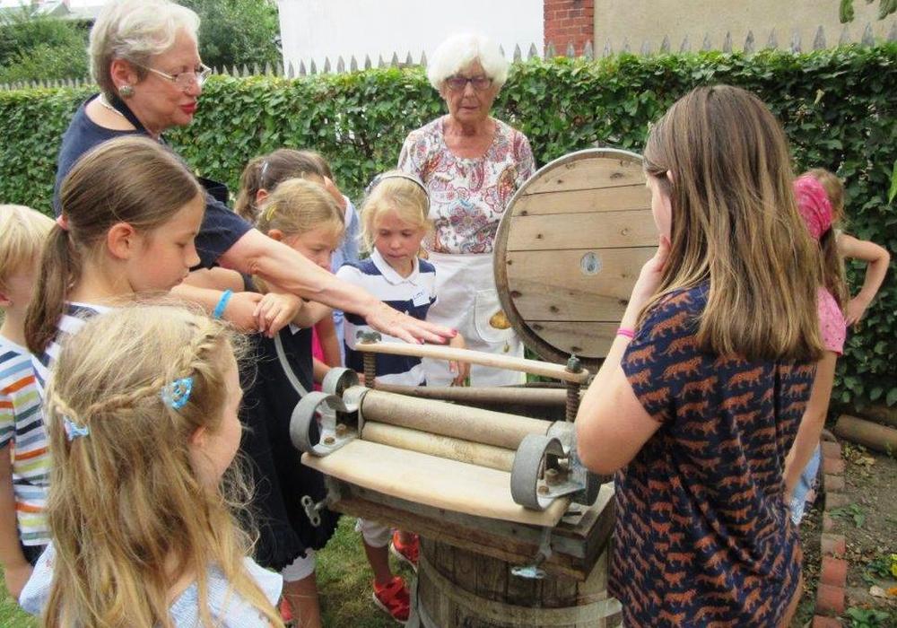 Cortina Teichmann erklärt im Beisein von Hroswitha von Alten-Weddelmann die historische Waschmaschine. Fotos: Gärtnermuseum Wolfenbüttel e.V.