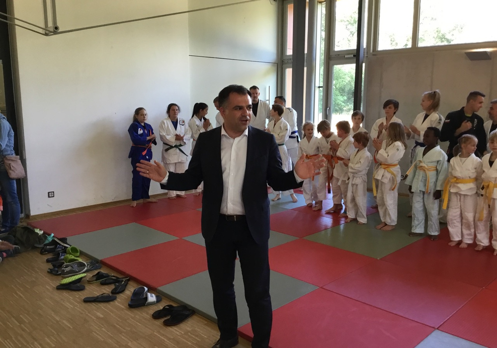 Dr. Christos Pantazis vor den kleinen Judokas. Foto: Privat