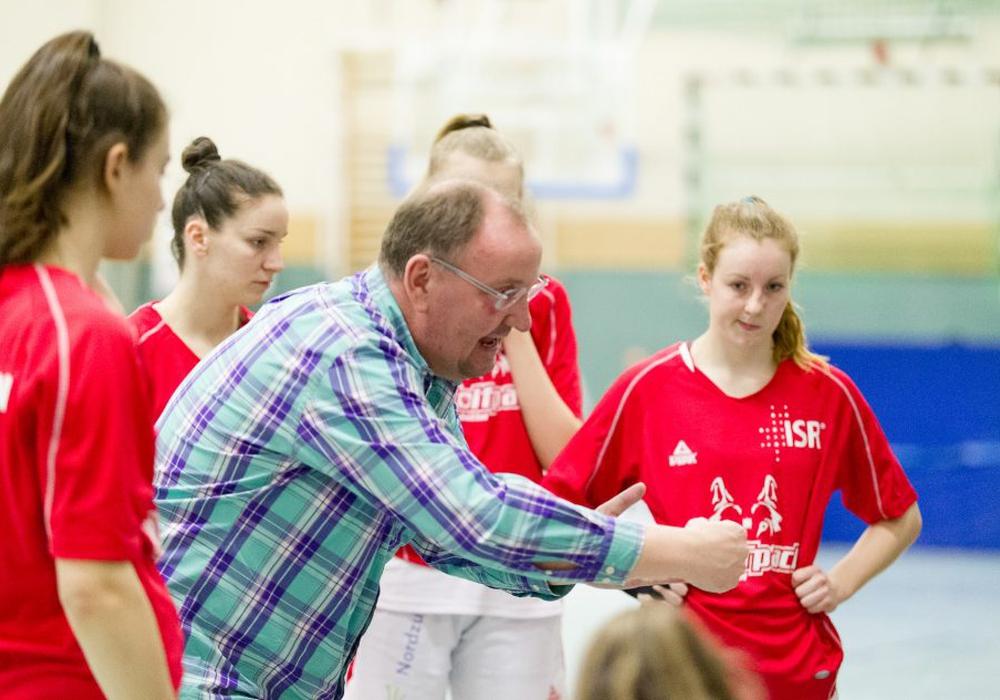 Coach Frank Lagerpusch stellt seine Damen in einer Auszeit ein. Foto: Reinelt/PresseBlen.de
