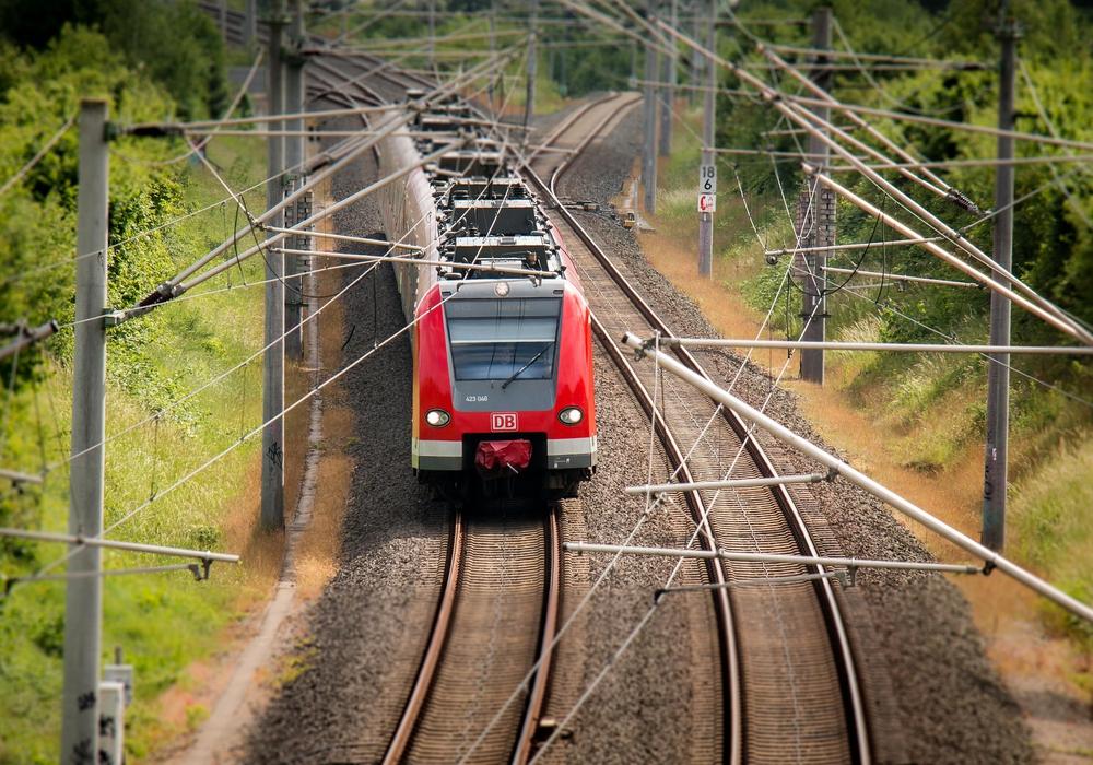 Mit dem Schülerticket sollen Bus und Bahn in Niedersachsen benutzt werden können. Symbolbild: Pixabay