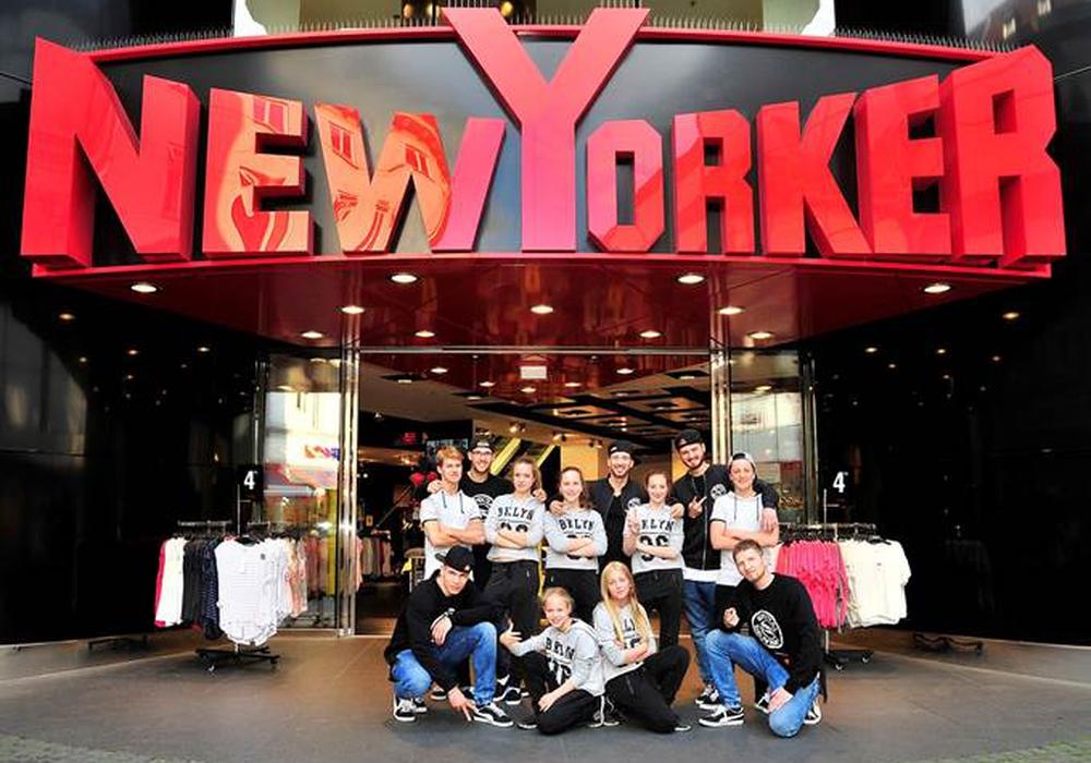 """Unter dem Motto """"We ♥ Dance Crews"""" supportet das Braunschweiger Modeunternehmen NEW YORKER die Gruppen """"SPECIAL DELIVERY"""" und """"FYOUTSHA"""" anlässlich ihrer Teilnahme an den HipHop-Weltmeisterschaften in San Diego / USA und Glasgow / UK. Foto: New Yorker"""