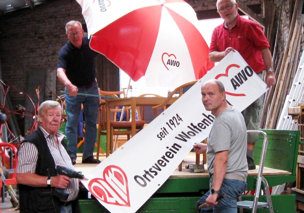 Die AWO-Schrauber-AG des Ortsvereins WF richtet den Treckeranhänger für den Umzug her (oben Hans-Joachim Kröger, August Hesse, unten Bernd Boller, Rainer Brünighk). Foto: Seniorenbetreuung Schloß Schliestedt
