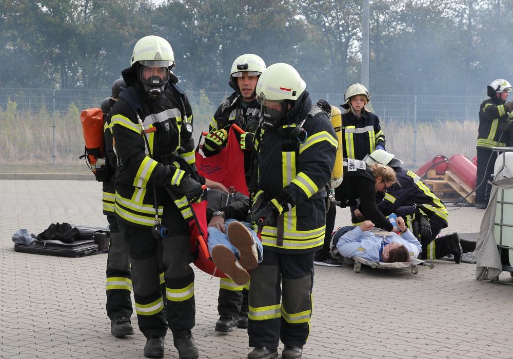 Großaufgebot von Rettungskräften und Feuerwehren auf dem Firmengelände in Flechtorf. Fotos: SIUS
