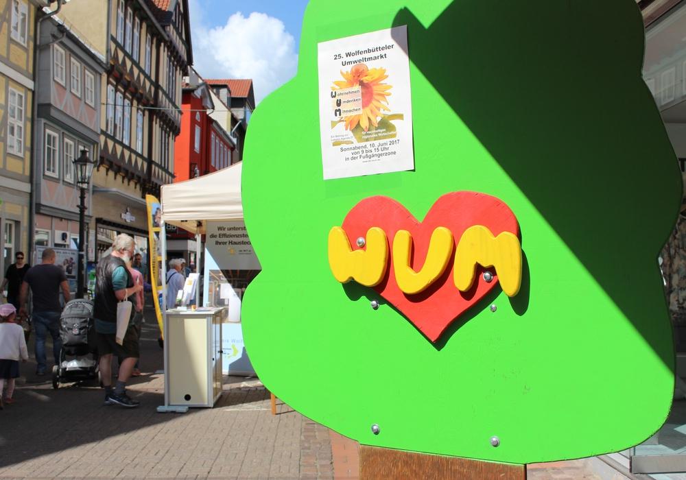 Zahlreiche Gäste des Umweltmarkts konnten sich in der Wolfenbütteler Fußgängerzone informieren. Fotos: Nick Wenkel