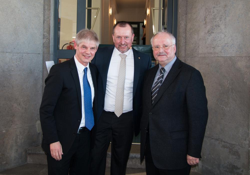 OB Frank Klingebiel, Steffen Krollmann, Volksbank BraWo, und Probst Joachim Kuklik widmeten sich in ihrem Treppengespräch dem Thema Kinderarmut. Foto: Nino Milizia